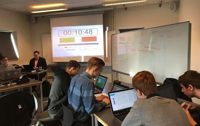 Kunden sidder i hjørnet mens eleverne arbejder
